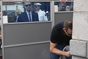Pražský primátor Zděnek Hřib (Piráti) si prohlédl moderní metody odstraňování graffiti.