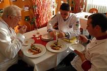 PŘÍSNÍ, ALE SPRAVEDLIVÍ. Takoví byli při hodnocení hlavního chodu kuře a la bažant porotci (zleva) Jiří Eichner z Asociace kuchařů a cukrářů a kuchaři Patrik Bečvář a Michal Černý.
