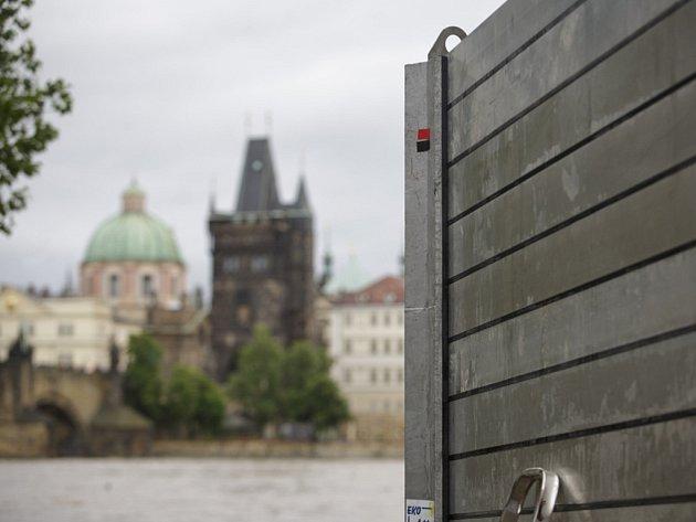 Na třeti povodňový stupeň vystoupala 2. června hladina Vltavy v Praze. Na Kampě se začaly stavět protipovodňové zábrany.