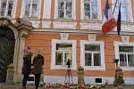 Praha truchlí s Paříží: Před francouzským velvyslanectvím se rozzářily stovky svící.