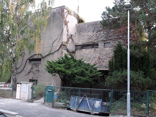 Košťálova vila vulici Na Ostrohu prochází zatím renovací interiéru. Autorka projektu tvrdí, kdemolici nedojde.