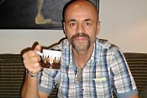 Horolezec Radek Jaroš a jeho oblíbený hrnek, který věnoval do prodejní výstavy Lata Hrnek.