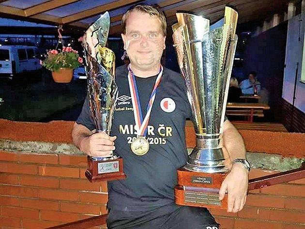 Richard Šubrt s poháry pro mistra České republiky v ženském fotbale. Ve své sbírce má člen realizač- ního týmu červenobílých za svou kariéru už tři podobné.