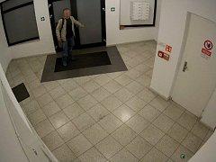 Muž podezřelý z pokusu o vloupání do bytů v Košické ulici v pražských Vršovicích.