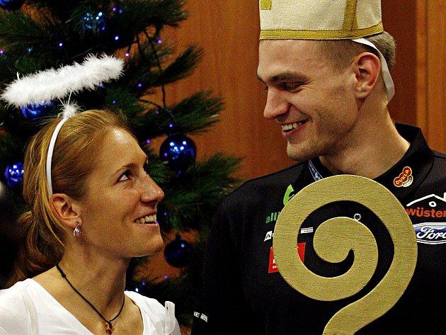 Skifař Ondřej Synek vyměnil v pondělí 5. prosince 2011 vesla za berlu a nasadil si na hlavu vysokou čepici a jeho kolegyně Mirka Knapková měla na zádech křídla a nad hlavou jí zářila svatozář.