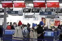 Cestující s rouškami na letišti v Praze