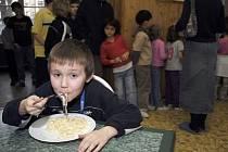 Podle hygieničky Věry Nejedlé jsou sice jídelny vybavovány postupně a podle finančních možností, Praha na tom ale špatně rozhodně není.