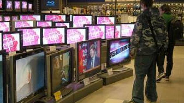 Televizi sleduje 78 % lidí starších 15 let v průměru 3 hodiny a 22 minut denně.