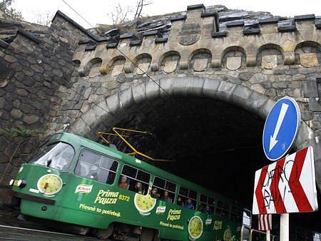 V NEDĚLI NAPOSLED. Tramvaje se do Vyšehradského tunelu vrátí až za měsíc.