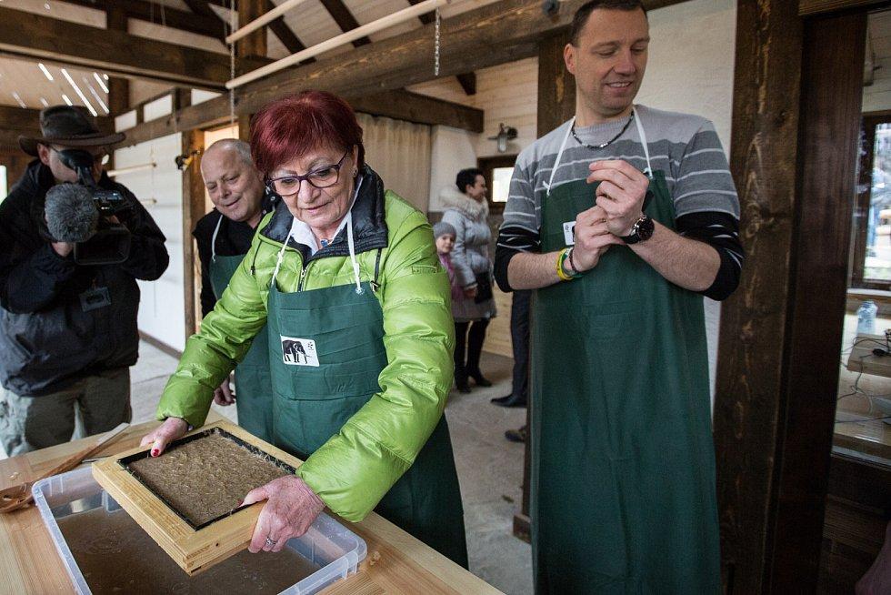 V nově otevřené budově Papírny si mohli zájemci vyrobit první sloní papír