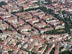 Letecký pohled na část Vinohrad. Vpravo nahoře náměstí Jiřího z Poděbrad, vpravo Bezručovy sady, uprostřed nahoře Sady Svatopluka Čecha.