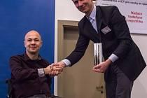 Cenu Rafael převzal z rukou ředitele Nadace Vodafone Ondřeje Zapletala administrátor vozíčkář Stanislav Kubík.