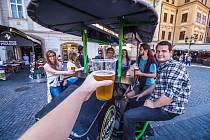Pivní vozítka v Praze způsobují bouřlivé debaty.