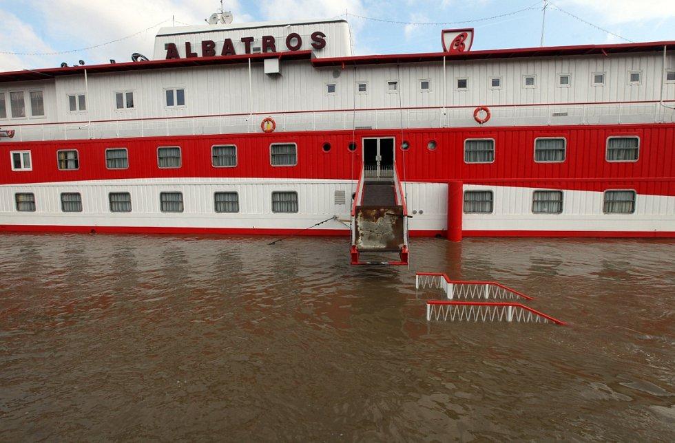 Povodně v Praze v úterý 4. června. Loď Albatros.