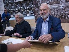 Autogramiáda členu Divadla Járy Cimrmana probíhala 17. října v Praze