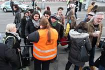 Policisté museli v sobotu 21. února 2015 prohledávat všechna železniční hlavní nádraží v České republice. Anonym totiž ohlásil bombu na hlavním nádraží, ale neuvedl, ve kterém městě. Žádná bomba nalezena nebyla.