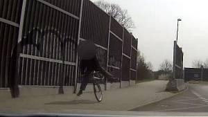 Opilý cyklista na železničním přejezdu v Praze