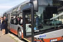 Pražský dopravní podnik (DPP) testuje nový hybridní autobus Solaris Urbino.