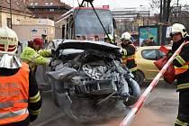 Po kolizi s osobním autem v Nuslích vykolejila tramvaj.