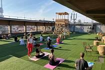 Aktivní život. V žižkovském domě Radost je prostor i pro volnočasové aktivity jako cvičení jógy na jeho střeše.