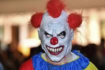 Děti ze ZŠ Libčická v Praze údajně viděly před školou klauna s nožem. Případ řeší policie.