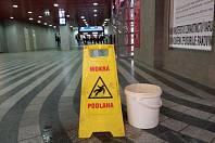 Do haly pražského hlavního nádraží dlouhodobě zatéká.
