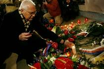 Prezident republiky Václav Klaus při příležitosti státního svátku Dne boje za svobodu a demokracii dnes položil kytici k památníku událostí 17. listopadu 1989 na Národní třídě v Praze.