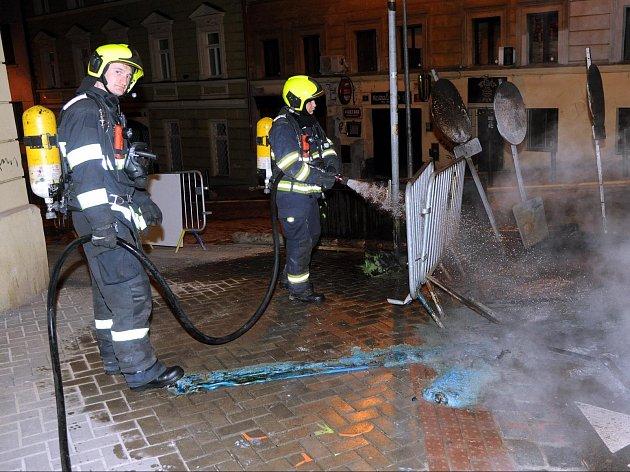 Terčem žhářských útoků se vulicích Prahy už nestávají jen odpadkové koše, kontejnery na sběr odpadu a sem tam nějaké auto. Vbezpečí nejsou ani záchodky. Ukázalo se to vnoci na úterý, kdy neznámý pachatel zapálil mobilní toaletu na stavbě rekonstruované