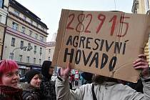 Před budovou Obvodního soudu pro Prahu 2 demonstrovali příznivci squattingu a iniciativy Ne rasismu. Povětšinou mladí lidé přišli podpořit dvojici mladíků, souzených kvůli údajnému útoku na policisty při vyklízení domu v Neklanově ulici na Vyšehradě.