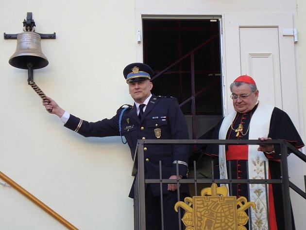Místostarosta Sboru dobrovolných hasičů Praha 1 Filip Dvořák slavnostně rozezněl nový zvon, kterému dal požehnání kardinál a arcibiskup pražský Dominik Duka.