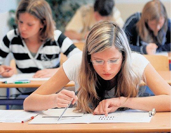 Stres při přijímacích zkouškách mnoha uchazečům o studium pražských středních škol odpadne. Přijímáni jsou nyní i na základě dobrého prospěchu na základní škole.