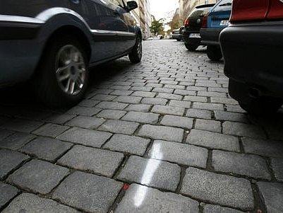 PRUHY CHYBÍ. Přestože zóna placeného parkování v Praze 2 odstartovala 1. listopadu, ani pátý den poté nebyly v Sázavské ulici na Vinohradech nastříkány modré pruhy upozorňující řidiče na placené stání.