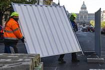 Dělníci začali 16. dubna 2020 oplocovat staveniště před začátkem oprav dolní části Václavského náměstí v Praze.