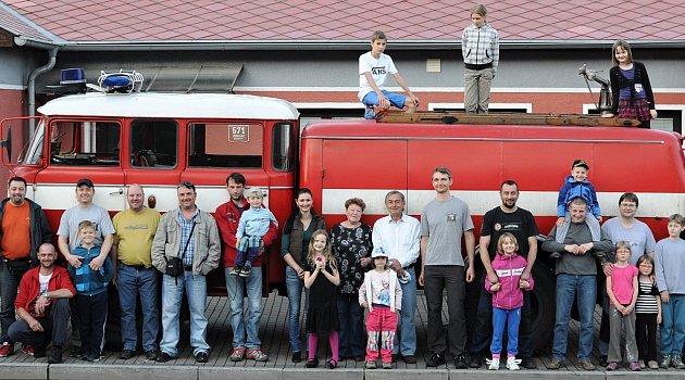 Sbor dobrovolných hasičů Zbraslav funguje hodně na sousedském principu. Potvrzuje to iskutečnost, že se jeho členové složili na nákup vlastního hasičského vozidla.