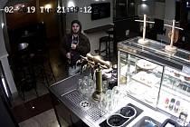 Zloděj ukradl v restauraci dvě kasírky.