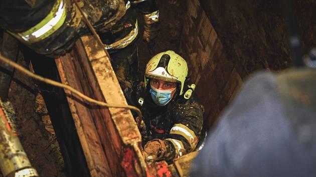 V půl desáté večer, tedy po šesti a půl hodinách zasáhu hasičů včetně týmu USAR a báňských záchranářů, se podařilo vyprostit tělo zavaleného dělníka.