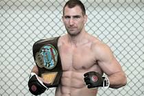 ČESKÝ BOJOVNÍK, který v současné době zápasí a trénuje v ultimátních střetnutích MMA André Reinders.