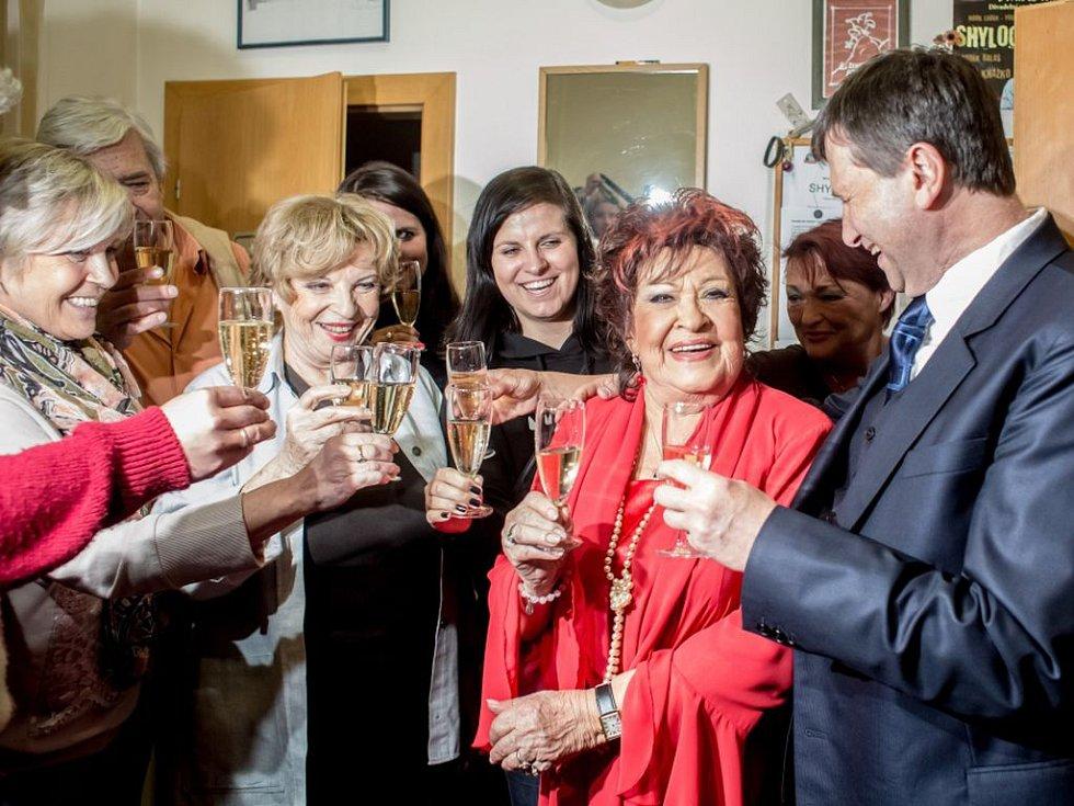 Tým Divadla Na Jezerce poblahopřál Jiřině Bohdalové k jejím 85. narozeninám po představení Paní plukovníková 24. dubna v Praze