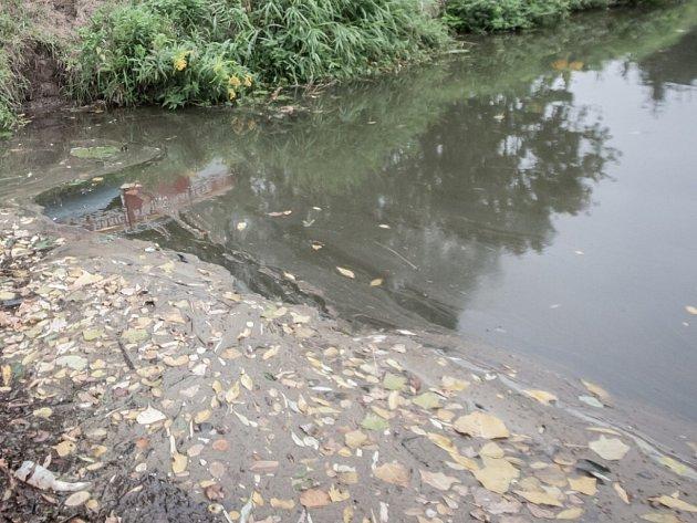 Únik nafty do potoka. Ilustrační foto.