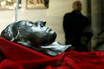 Posmrtná maska  Fryderyka Chopina v katedrále sv. Víta.