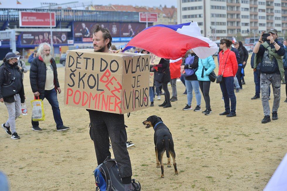 Prvomájová demonstrace na pražské Letné.