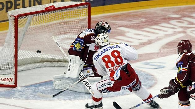 PRVNÍ ÚDER. Jakub Sklenář překonal Cháberu už v sedmé minutě.