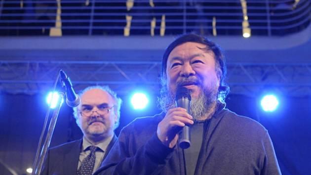 Zprava čínsky umělec Aj Wej-wej a ředitel Národní galerie Jiří Fajt.