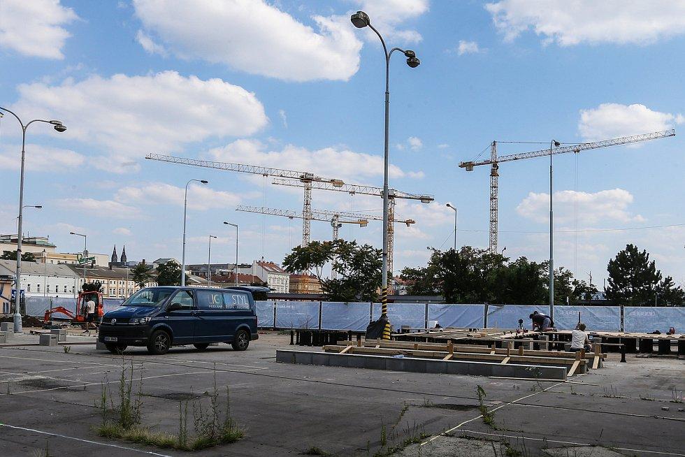 Výstavba areálu Manifesto u autobusového terminálu  Na Knížecí 22. července 2021. otevřít by se mělo 17. srpna.