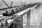 Duben 1970, Zatěžkávací zkouška. Stavba Nuselského mostu byla velká událost. Muselo se kvůli němu odstřelit několik domů. Během stavby děti běhaly na jeho okraj a házely dolů různé věci. Most ale také nechvalně proslavily sebevraždy.