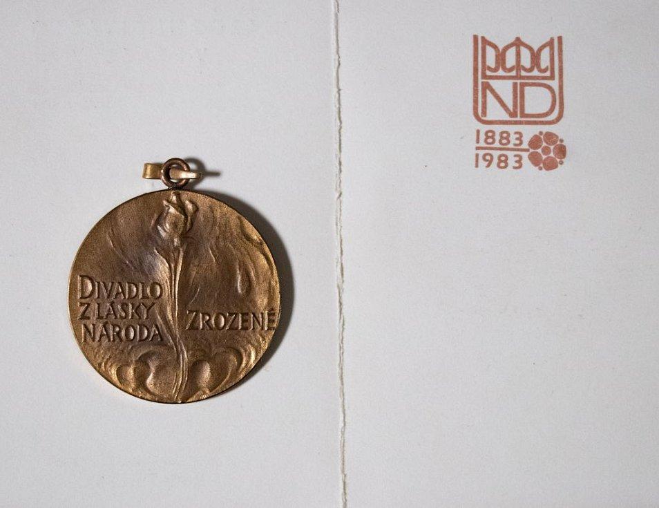 Pamětní medaile ke 100. výročí otevření Národního divadla.