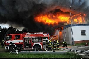 Hasiči ještě v pondělí zasahovali u požáru haly v Praze-Uhříněvsi.