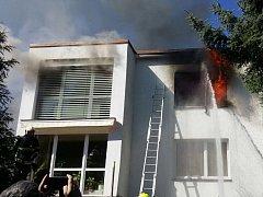 Z okna rodinného domu šlehaly plameny.
