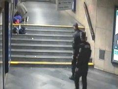 Kamera zaznamenala zloděje, který okrádal ženu.