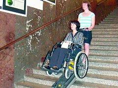 Schodolez dokáže vynést vozíčkáře po schodech, ale jen s pomocí asistenta. Pomalu, ale jistě se nechala vynést po schodech Lenka Čábelová z PricewaterhouseCoopers.